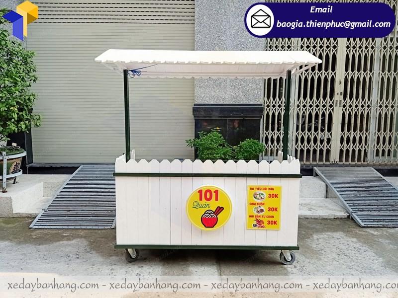 xe gỗ bán thức ăn nhanh
